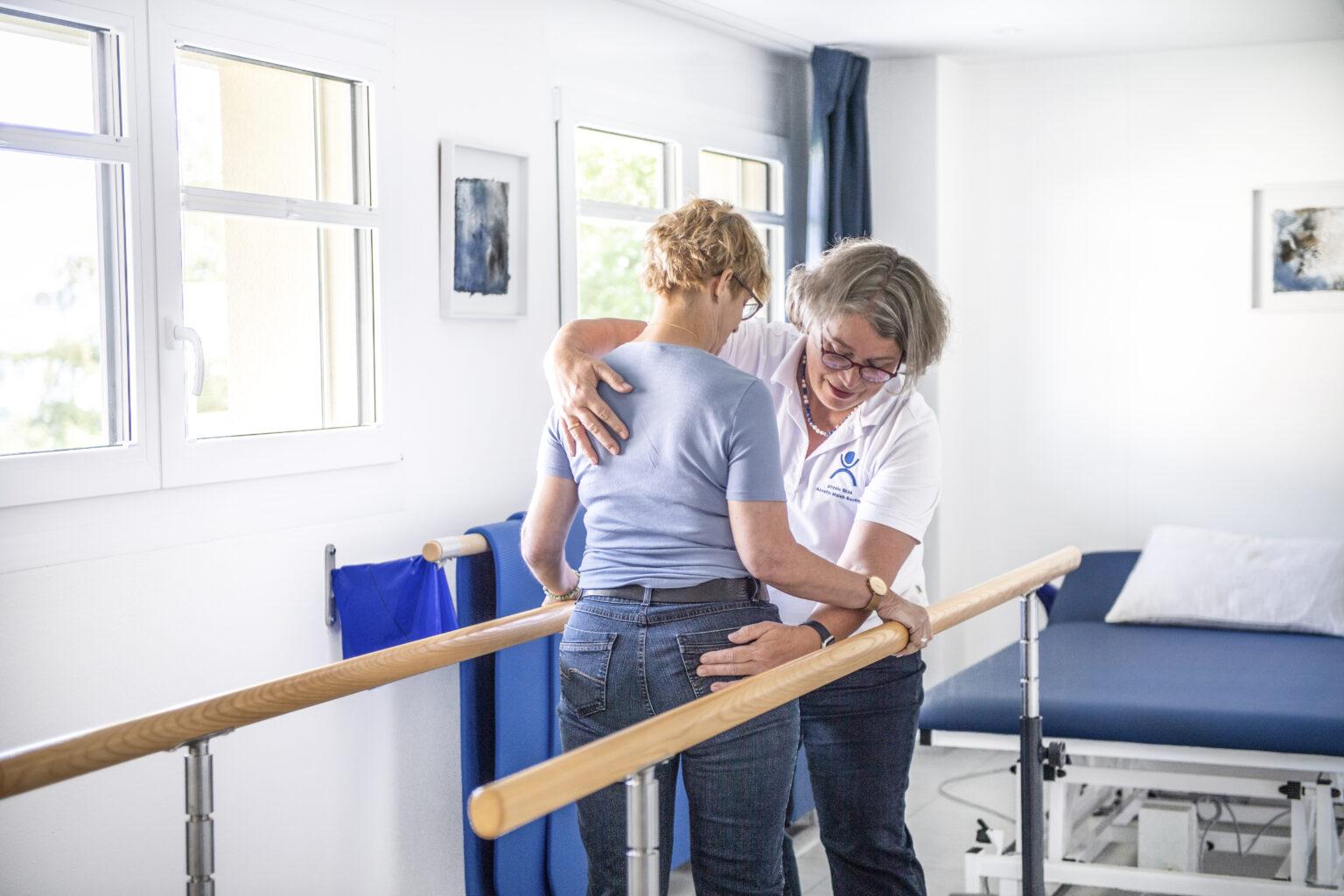 patientin-und-physiotherapeutin-an-uebungen